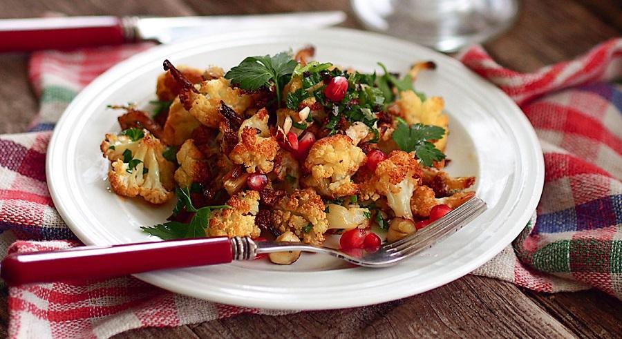 Салат из цветной капусты с грецкими орехами и гранатом