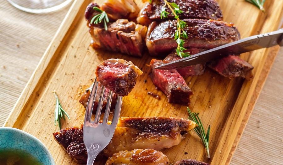 Стейк из говядины с ароматом розмарина