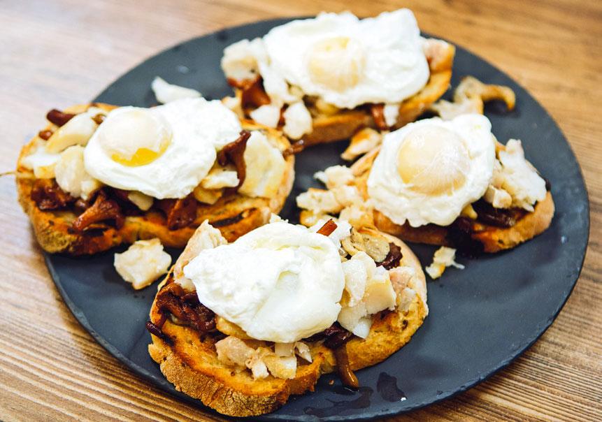 Треска с грибами и яйцом-пашот на хрустящем тосте