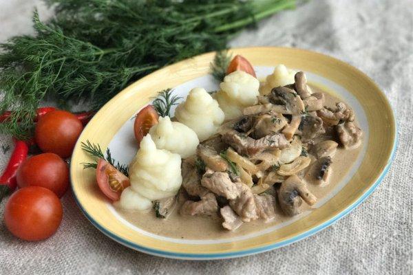 Свинина с шампиньонами, сметаной и чесноком на сковороде