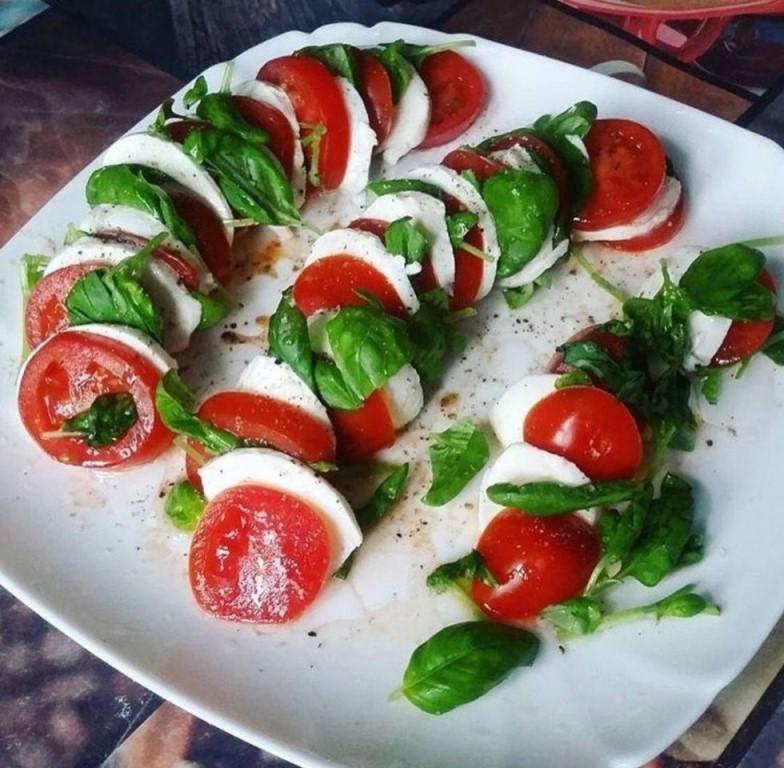 Капрезе с тремя видами томатов