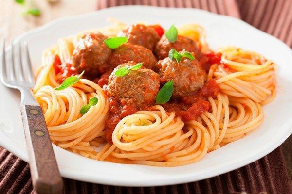 Спагетти с мясными фрикадельками в соусе