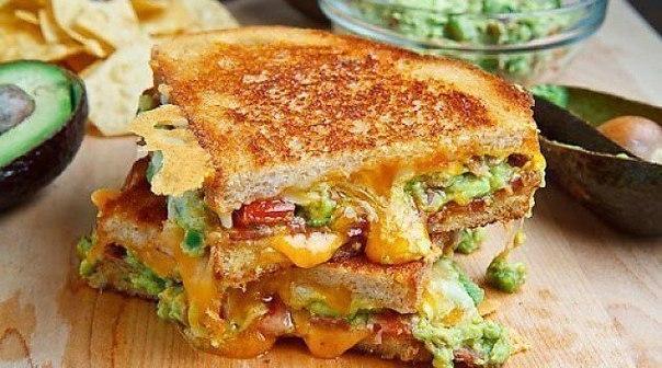 Сэндвич с яйцом, сыром и ветчиной