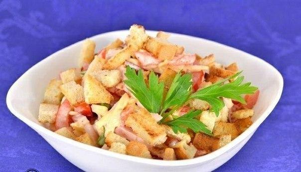 Салат с помидорами, курицей, сыром и сухариками
