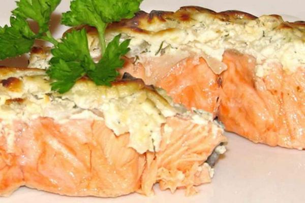 Филе лосося под сырной корочкой