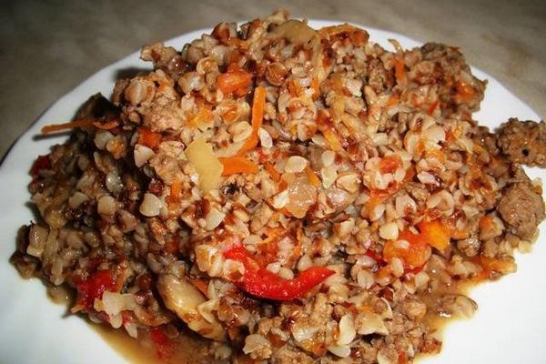 Гречка с мясным фаршем и томатами