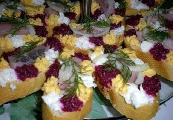 Праздничные бутерброды с сельдью свеклой и яйцом