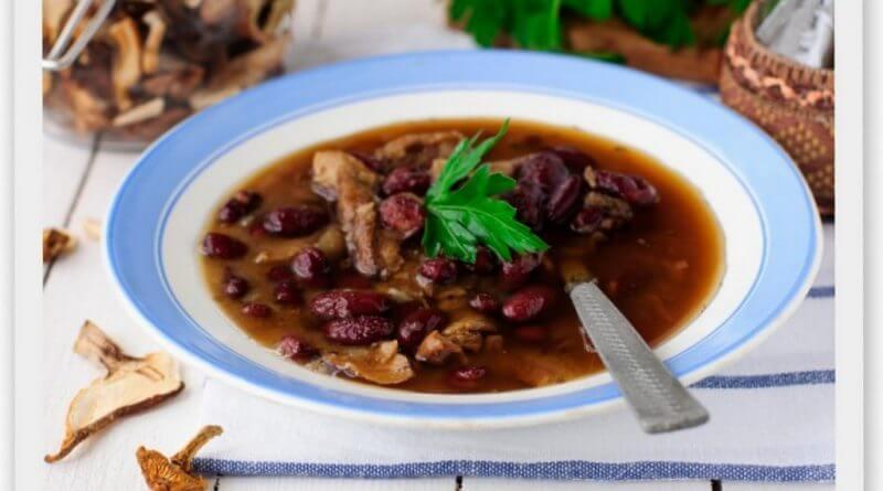 Суп из сушеных лесных грибов и красной фасоли