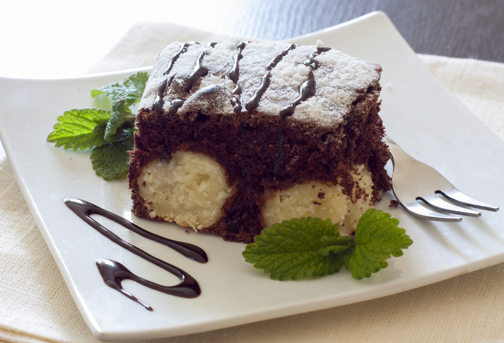 Шоколадный пирог с творожными шариками