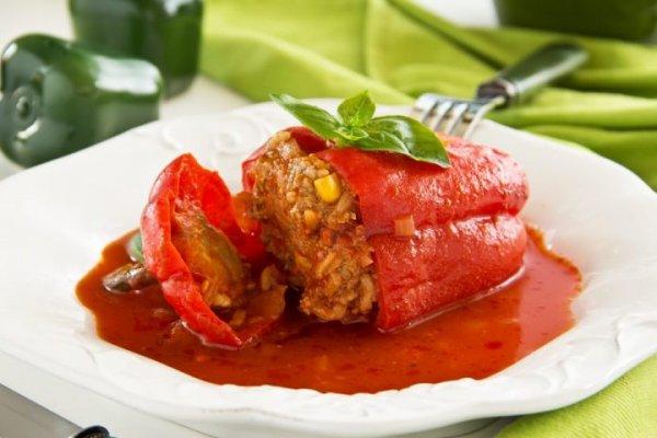 Фаршированные перцы в сметанно-томатном соусе с зеленью