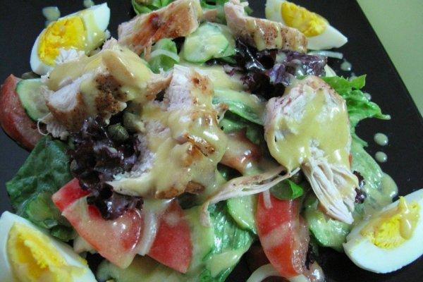Салат из куриной грудки и овощей с горчично-медовой заправкой