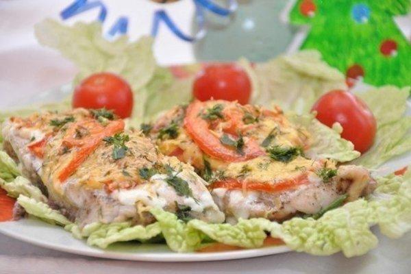 Толстлобик, запеченный с сыром и помидорами