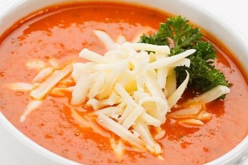 Домашний томатный суп с гренками и сыром
