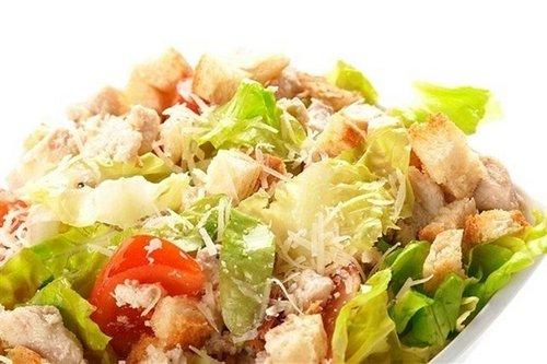 Классический салат «Цезарь» с курицей и сыром пармезан
