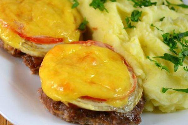 Котлеты из говядины под овощами в духовке