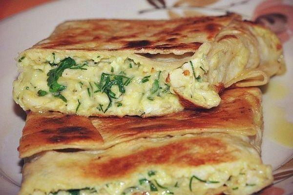 Пирог из тонкого лаваша с сыром и зеленью