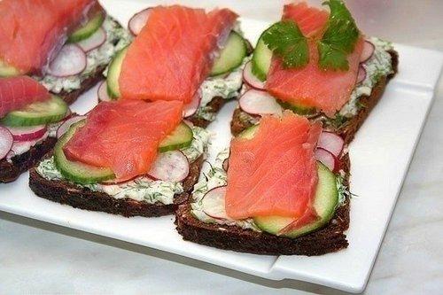 Сэндвич на ржаном хлебе с семгой