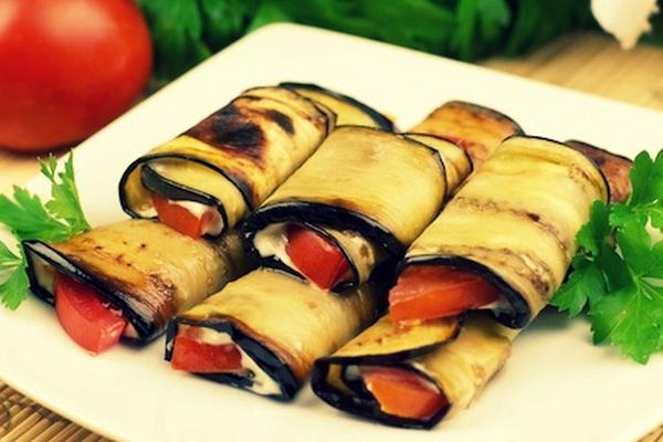 Закусочные рулетики из баклажанов с помидорами