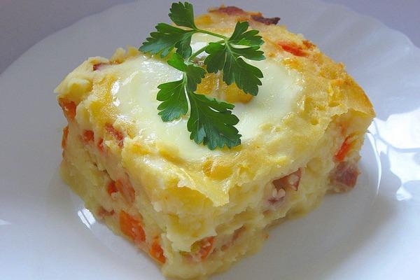 Запеканка из картофеля с овощами и беконом