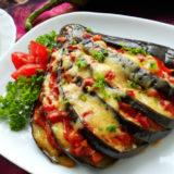 Веер из баклажанов с помидорами и сыром в духовке
