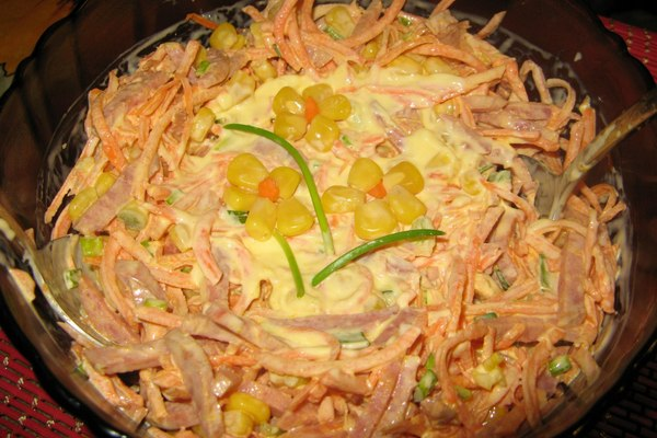 Салат с морковью и полукопченой колбасой