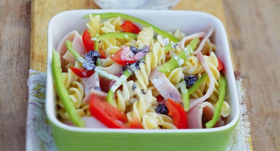 Макаронный салат с ветчиной