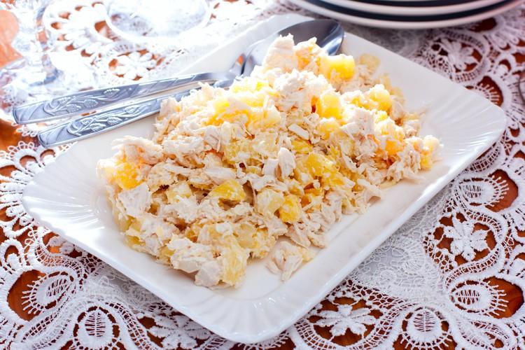 """Салат """"Нежный"""" с курицей и ананасами"""