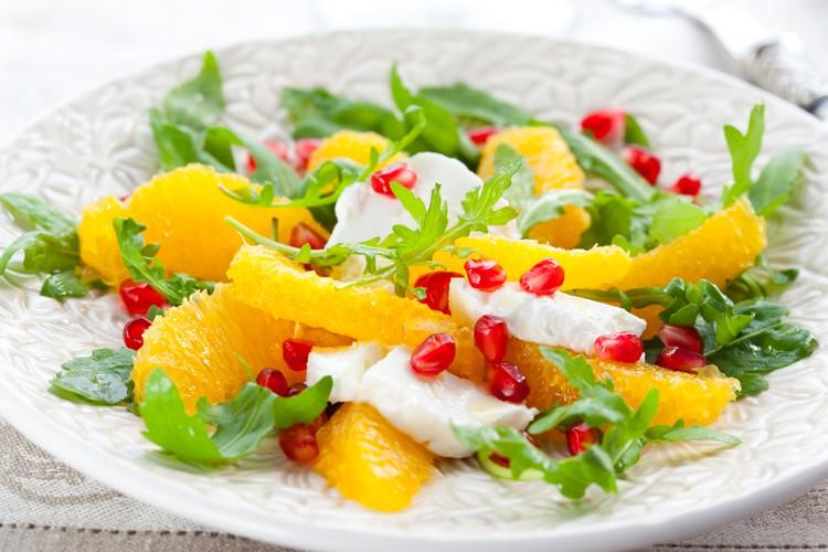 Салат из апельсинов с моцареллой и рукколой