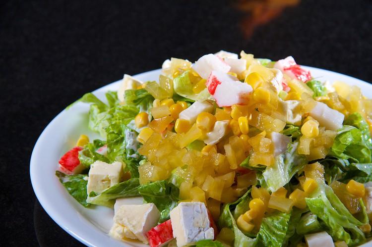 Аппетитный ананасовый салат с крабовыми палочками и сыром фета