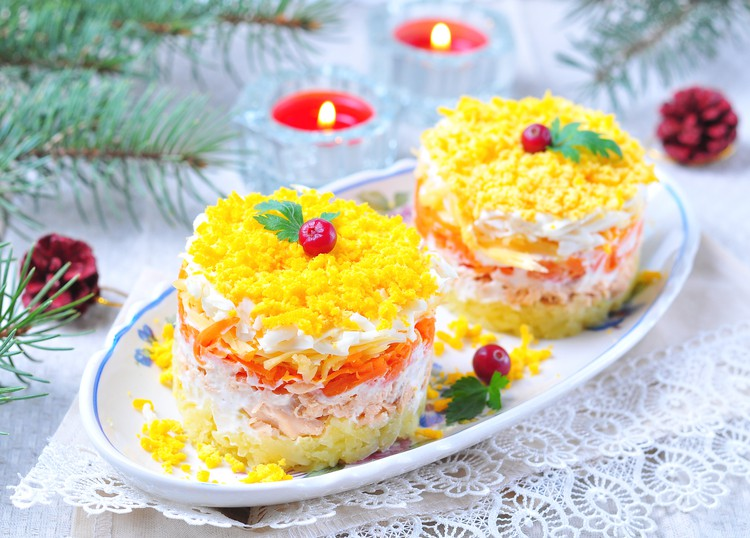 """Салат """"Мимоза"""" с консервированным лососем и сыром"""