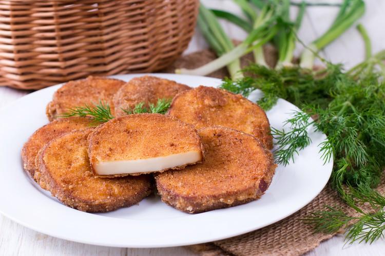 Жареный колбасный сыр в панировке