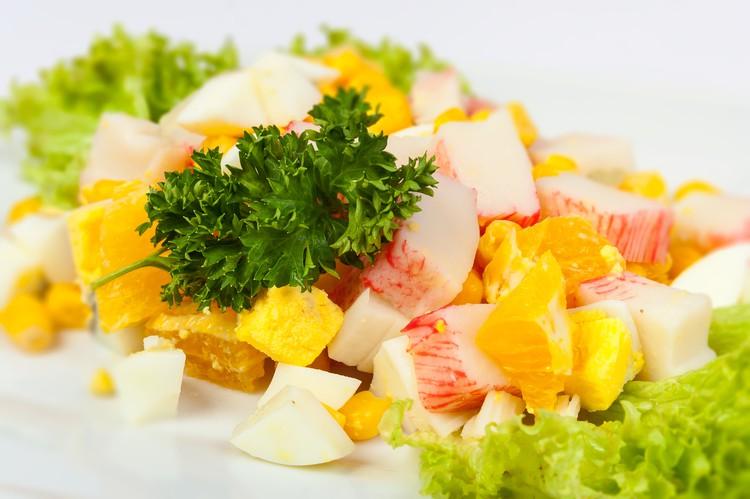 Салат с апельсинами, кукурузой и крабовыми палочками