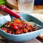 Запеченная фасоль в томатном соусе с травами