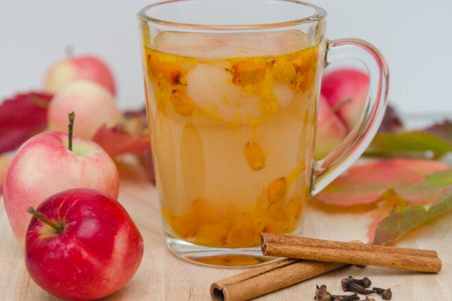 Компот из шиповника и яблок с цедрой