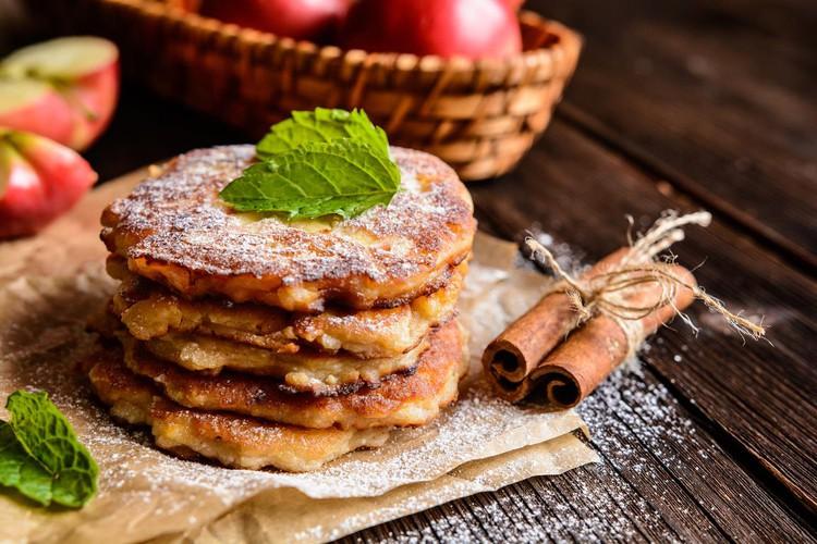 Ароматные яблочные оладьи с корицей
