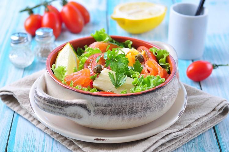 Весенний салат с лососем и помидорами черри