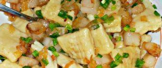 Картофельные ньокки с обжаренным салом и луком