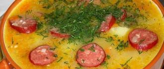 Гороховый суп с охотничьими колбасками сыром