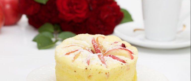 Замечательная шарлотка, вкусная и ароматная, очень быстрая в приготовлении и поедании!