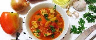 Классическая итальянская пеппероната готовится из сладкого перца, свежих помидоров, лука и чеснока на оливковом масле