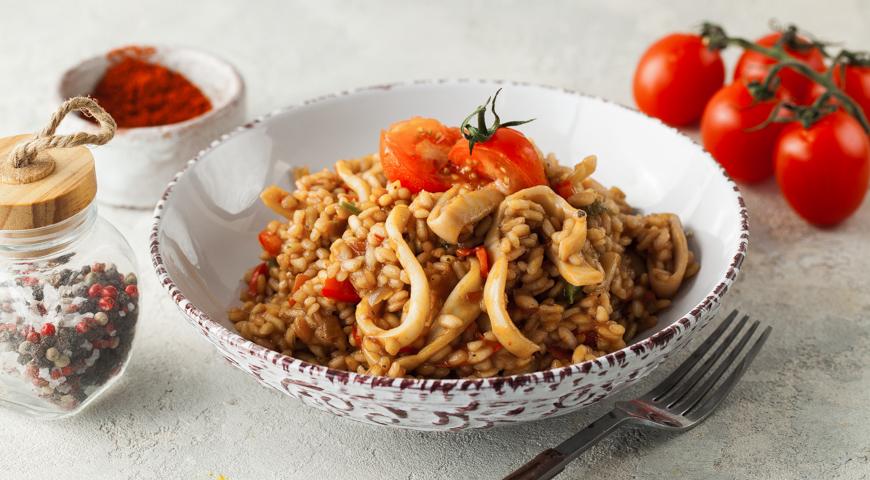 Паэлья с кальмарами — одна из разновидностей традиционного испанского горячего блюда,