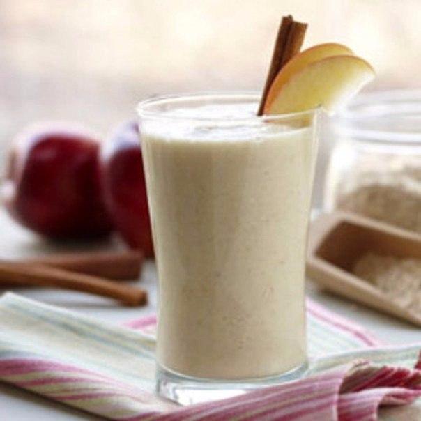 Предлагаем рецепт яблочного коктейля с кефиром, который с удовольствием выпьет каждый член вашей семьи на ночь.