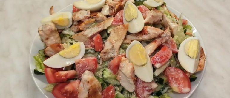 Такой салатик из пекинской капусты с яйцами и жареным куриным филе станет отличным ужином