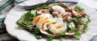 Салат из шпината с беконом и яйцом