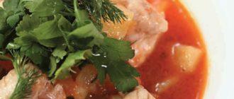 Цыпленок, томленный в соусе из томатов, с зеленью и картофелем