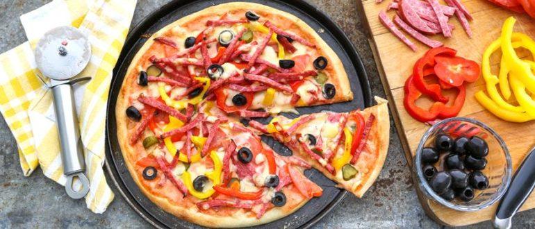 Такая пицца с копченой колбасой отлично подойдет для уютного вечера в кругу семьи, для просмотра фильма в хорошей компании или даже в гордом одиночестве