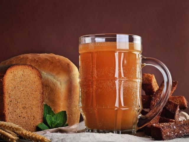 Домашний хлебный квас с мёдом и изюмом