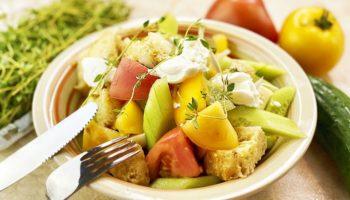 Вкусный овощной салат с сыром и сухариками