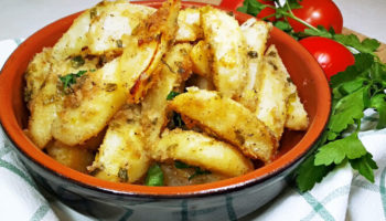 Картошка по-селянски запеченная в духовке с луком и чесноком