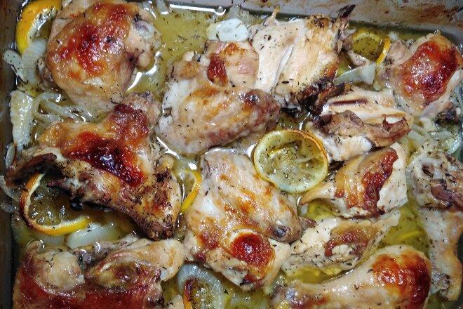 Курица запеченная с лимонами, тимьяном и белым вином